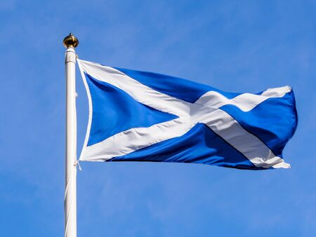 scottish flag: bandiera scozzese con il cielo blu