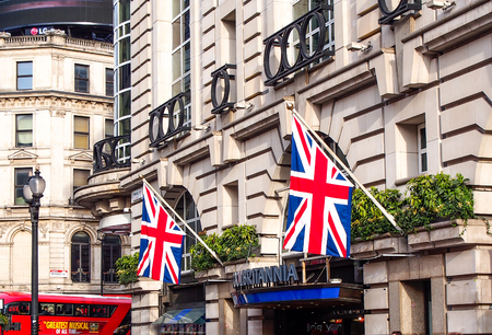 bus anglais: GB drapeau décoré à un vieux bâtiment à Londres, Royaume-Uni