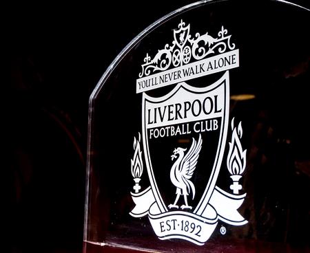 placa bacteriana: Liverpool escudo del club de fútbol en el vidrio en el estadio de Anfield, Liverpool, Reino Unido Editorial