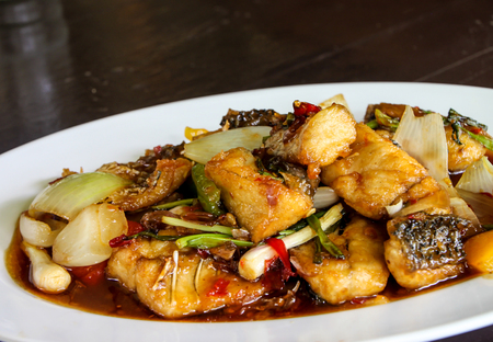Thais eten, vis roergebakken met ui in chilisaus Stockfoto