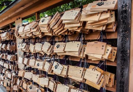 Ema plato o que deseen en santuario de Meiji, Tokio, Japón Editorial