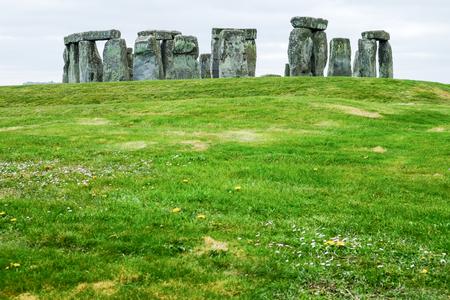 reloj de sol: Stonehenge con cielo nublado, Reino Unido