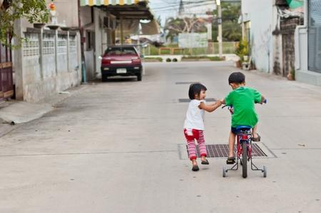 Bruder und Schwester viel Spaß mit dem Fahrrad, Liebe, Beziehung Schiff, kümmern Konzept Lizenzfreie Bilder