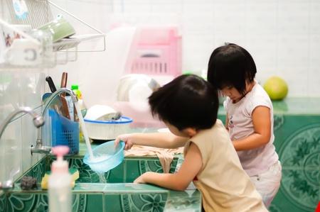 Bruder Schwester ans Waschen werden Lizenzfreie Bilder