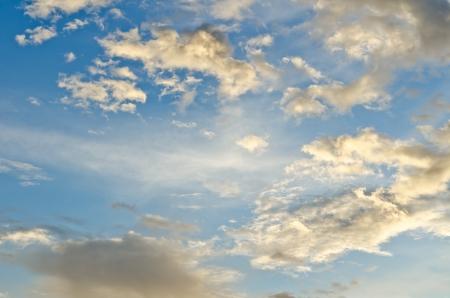ciel nuages: Nuages ??sur le ciel bleu Banque d'images