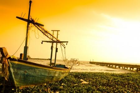 오래 된 파란색 낚시 보트가 해변에 강타 스톡 콘텐츠