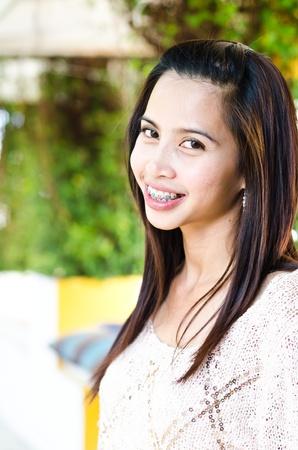 Schöne attraktive Frau mit Zahnspangen Lizenzfreie Bilder