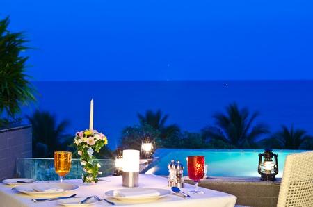 romantisches Abendessen mit Whirlpool in der Dämmerung