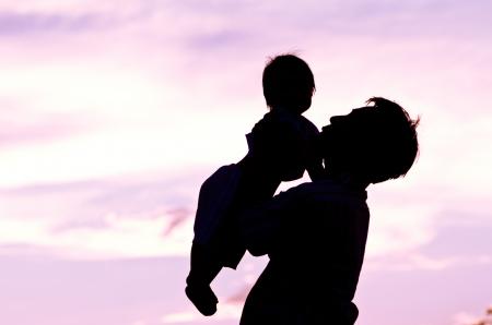 Vater halten und küssen Baby mit Liebe, Farbe der Liebe