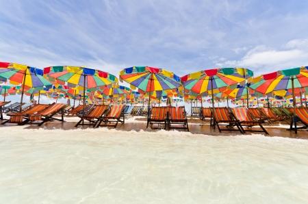 화창한 날, 태국 푸켓의 해변에 비치의 자 및 다채로운 우산
