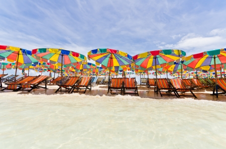Strandkorb und bunten Sonnenschirm am Strand im sonnigen Tag, Phuket Thailand
