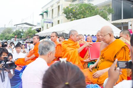 HUA HIN , THAILAND - APRIL 28: People Gives food offerings to a Buddhist monk on April 28, 2012 Hua Hin, Thailand. Thai traditional, The occasion BuddhaJayanti 2600 years. Stock Photo - 13456141