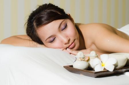 junge asiatische Frau genießen das Verfahren der Gesichtsmassage