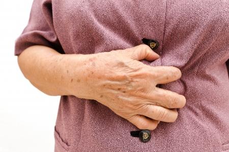 Senior Frau mit Bauchschmerzen