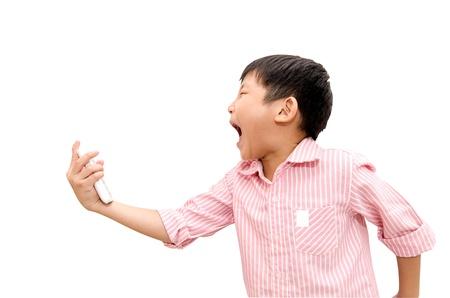 아시아 소년 격렬 자신의 휴대 전화에 비명