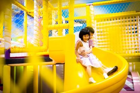 행복 한 작은 소녀는 슬라이더에 재생