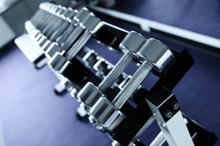 Gewichte, viele schwarze Hantel in Fitness-Raum