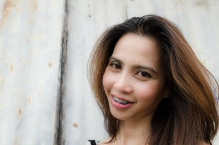schöne Frau mit Zahnspange