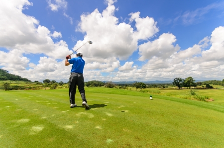 Golfer swingende zijn spullen en sloeg de bal van tee tot de fairway, lange sluitertijd bewegingsonscherpte