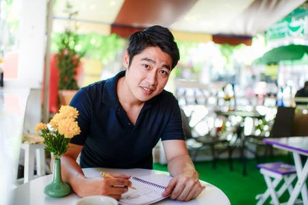 Glücklicher junger asiatischer Geschäftsmann Denken Lizenzfreie Bilder