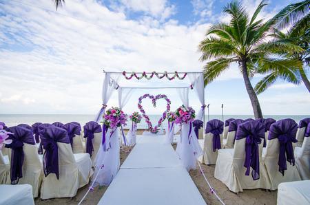 bröllop: Blomma dekorerade i hjärtform i vigseln som inrättats på stranden.