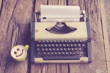 Jahrgang Schreibmaschine und Telefon, Notebook auf dem Holz Schreibtisch im Vintage-Ton. Standard-Bild - 36658578