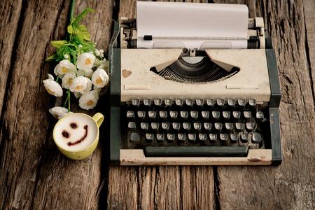 빈티지 타자기, 전화기, 빈티지 톤의 나무 책상에 노트북. 스톡 콘텐츠