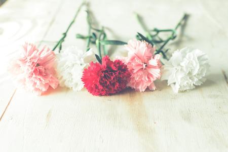 Blühende Blumen auf Holztisch.
