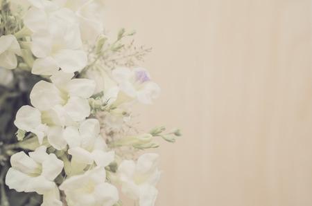 Vintage-Stil Weiße Blumen Edelstahl Topf Auf Holzuntergrund ...