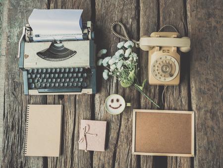 나무 질감 빈티지 색조에 타자기 커피와 노트북