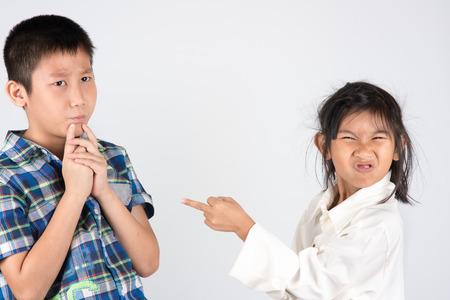 irrespeto: Dos niños que se están discutiendo en el fondo gris. Foto de archivo