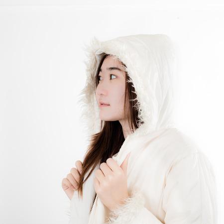 Anorak: Sch�ne Frau mit Winterjacke auf wei�em Hintergrund.