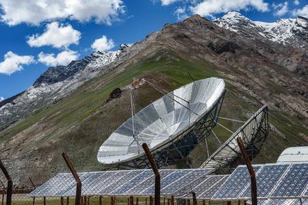 Big antennes paraboliques antena et des panneaux solaires à Rangdum, Padum, vallée du Zanskar, Inde.