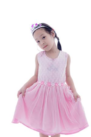 princesa: Niña princesa asiática linda de la corona de plata y vestido de color rosa sobre blanco Foto de archivo
