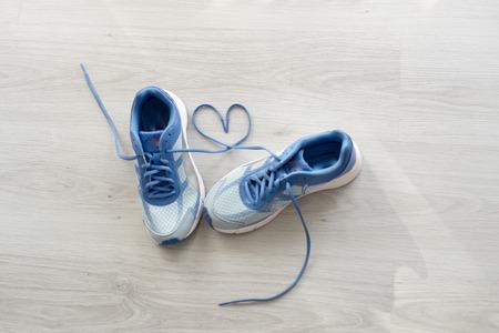 기호 사랑, 선택적 포커스 회색 바닥에 파란색 스포츠 신발을 닫습니다. 스톡 콘텐츠