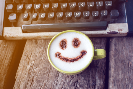 maquina de escribir: Happy coffee cup and Vintage typewriter on wooden background.