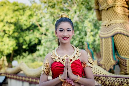 Thai femme en costume traditionnel de la Thaïlande