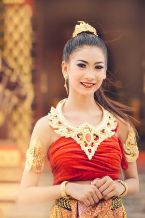 Thai femme en costume traditionnel de la Thaïlande Banque d'images