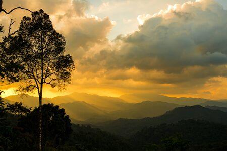 Zon stijgen met ray op de berg, Thailand.