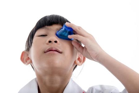 Premiers soins Rincer les yeux avec la médecine laver fond blanc