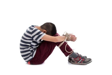 Fehlende entführt, missbraucht, Geisel, Opfer Jungen mit den Händen mit einem Seil in emotionalen Stress und Schmerz, Angst, beschränkt, eingeschlossen, um Hilfe rufen, Kampf, voller Angst gefesselt,