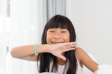 dientes con caries: Linda chica feliz riendo y mostrando sus dientes cariados en casa. Foto de archivo