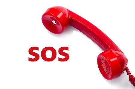 Oude en stof rode retro telefoon op wit, Dringend nood service concept.