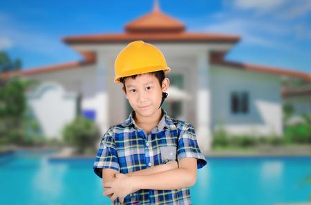 ingeniero caricatura: Arquitecto asiático joven con el fondo casa