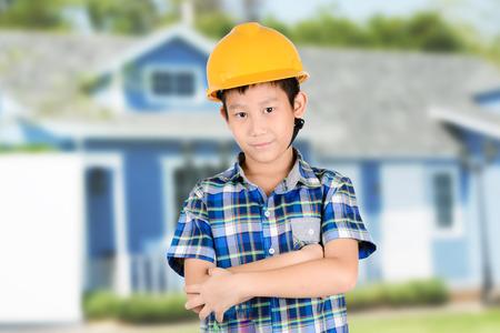 ingeniero caricatura: El muchacho asiático con grupo de sistema de paneles solares, turbinas y soleado cielo azul de fondo