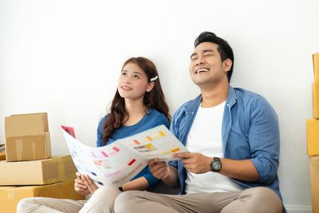 Pareja asiática eligiendo la paleta de colores para su nueva casa, concepto de estilo de vida.