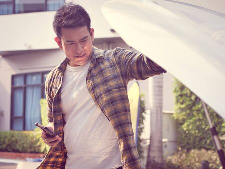 Asian man open car hood and check up his car, lifestyle concept. Banque d'images