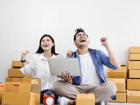 Asiatisches Paar mit Stapel Paketkästen, Online-Geschäft und Lieferkonzept. Standard-Bild