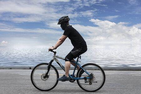 Distrito de Muang, provincia de Songkhla / Tailandia - 15 de octubre de 2017: Ciclismo masculino para fortalecer el cuerpo y la vista natural. Editorial