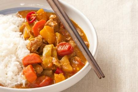 curry: Delicioso curry de carne de cerdo servido con arroz jazm�n tailand�s caliente Foto de archivo